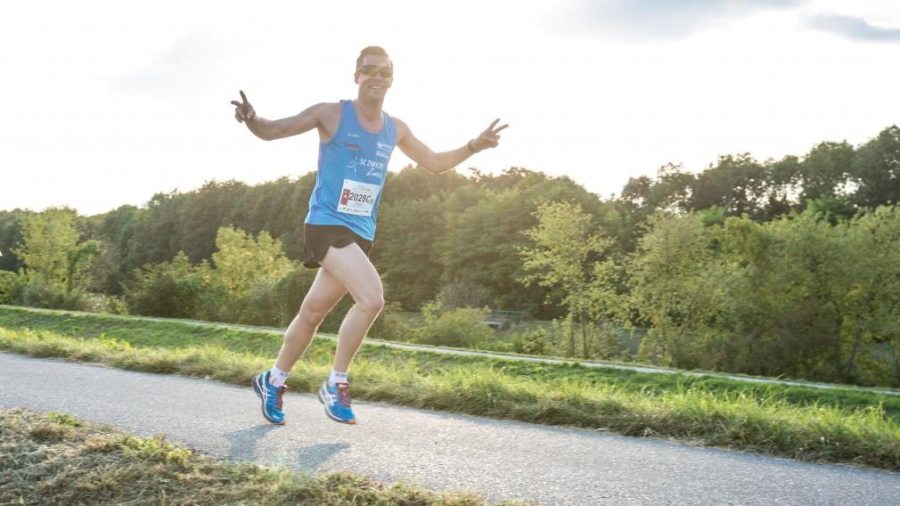 Ein Teilnehmer des Vision Runs beim Laufen an der Traisen. (Foto: Benni Schön, Sportland.NÖ)