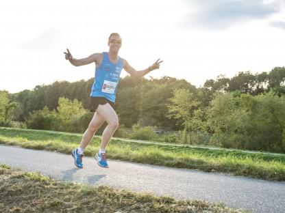 Läufer neben der Traisen. (Foto: Benni Schön, Sportland.NÖ)
