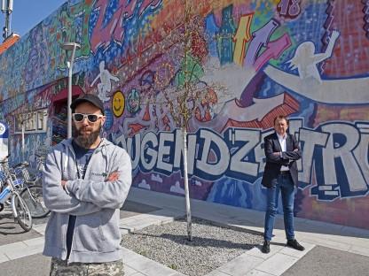 Michael Hogl, Leiter des städtischen Jugendzentrums Steppenwolf und Bürgermeister Matthias Stadler vor dem Steppenwolf in der Herzogenburger Straße. (Foto: Corina Muzatko)