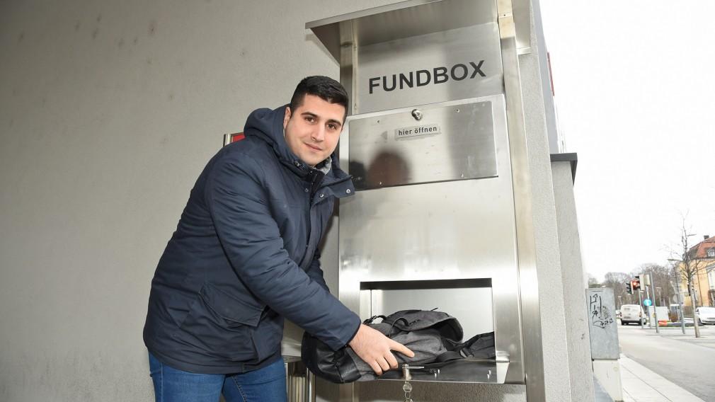 Karim Ouni vom Fundamt beim Entleeren der neuen Fundbox am Bahnhofplatz. (Foto: Josef Vorlaufer)