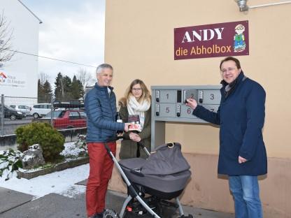 Heinz Scharl, Anna Scharl mit Tochter Laura im Kinderwagen liegend und Bürgermeister Matthias Stadler vor den Abholboxen vor dem Geschäft. (Foto: Josef Vorlaufer)