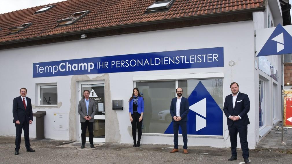 Bürgermeister Matthias Stadler, Gernot Binder (Bezirksstellenleiter WKO NÖ), Julia Auer (Marketing), Hovhannes Sarikyan (GF) und Jakob Fleischmann (GF) stehen vor dem Unternehmen. Foto: Josef Vorlaufer