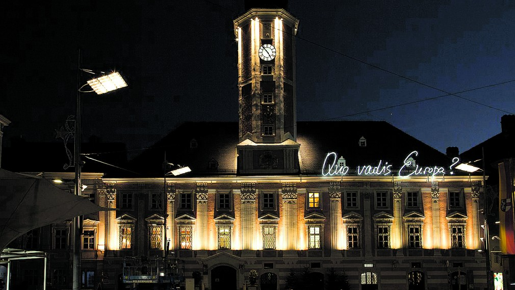 Quo vadis Europa? Welche Wege wird Europa gehen — diese Frage wirft die Leuchtschrift am Rathaus auf. Foto: Michael Strasser