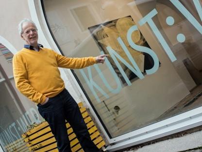 Ernest A. Kienzl steht vor dem Ausstellungsraum Kunst:Werk. (Foto: Hermann F. Fischl)