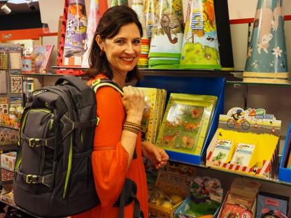 Susanne Antauer von Hausmann trägt einen Schulrucksack von Satch.