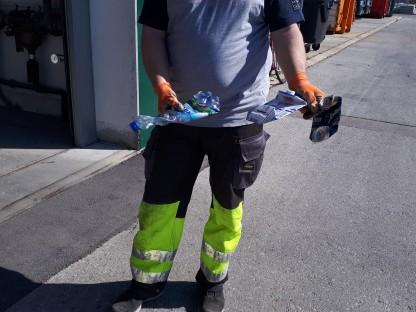 Mann mit flachgedrückter Petflasche, Milchpackung und Dose. (Foto: Irene Bartl.)