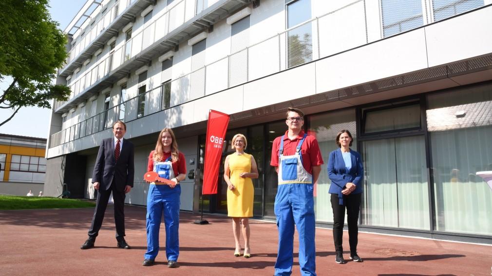 Fünf Personen vor dem neuen Lehrlingsheim. (Foto: Vorlaufer)