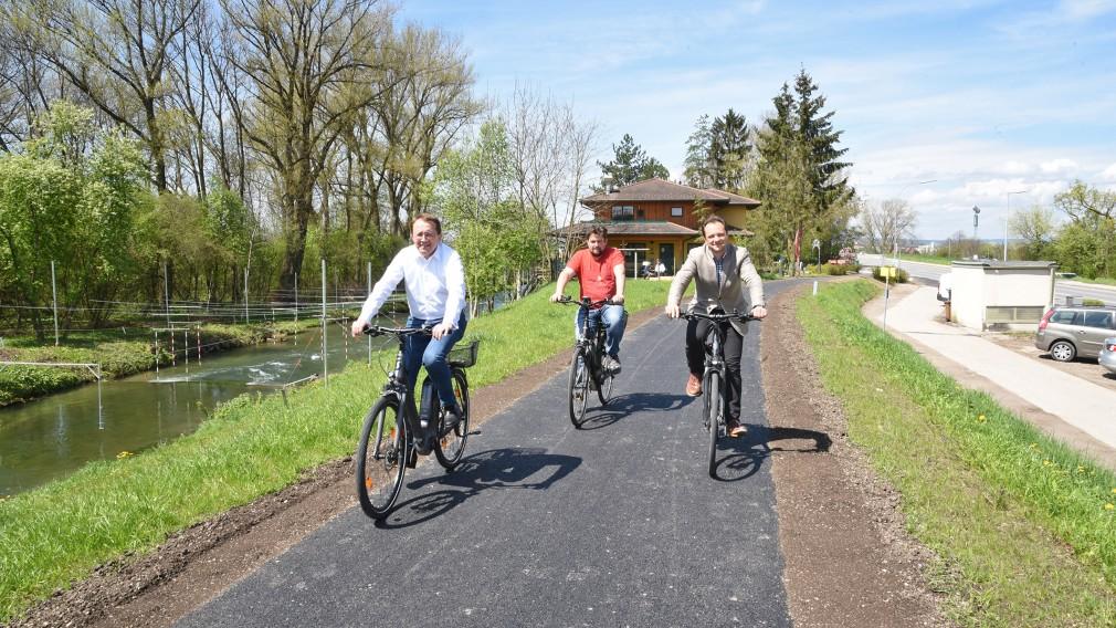 Drei Personen auf dem Rad am neuen Radweg neben dem Naturfreunde Bootshaus. (Foto: Vorlaufer)