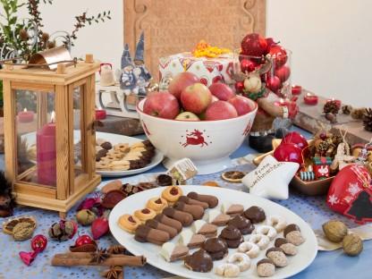 Verschiedene Lebensmittel auf weihnachtlich dekorierten Tisch. (Foto: Werner Jäger).