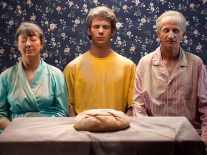 Das Bild zeigt einen Aussschnitt aus dem Video Family Portrait von Debora Vrizzy.