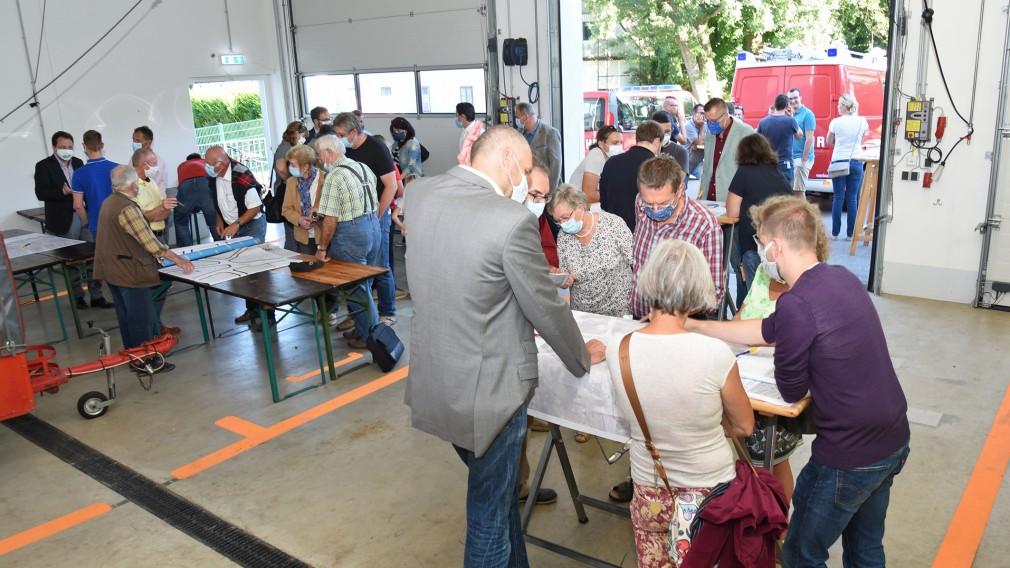 Stattersdorfer BürgerInnen mit den Verkehrsexperten im Feuerwehrhaus. (Foto: Josef Vorlaufer)