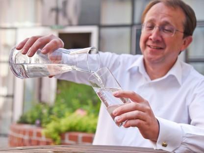 Bürgermeister Stadler mit Wasserglas. (Foto: Vorlaufer)