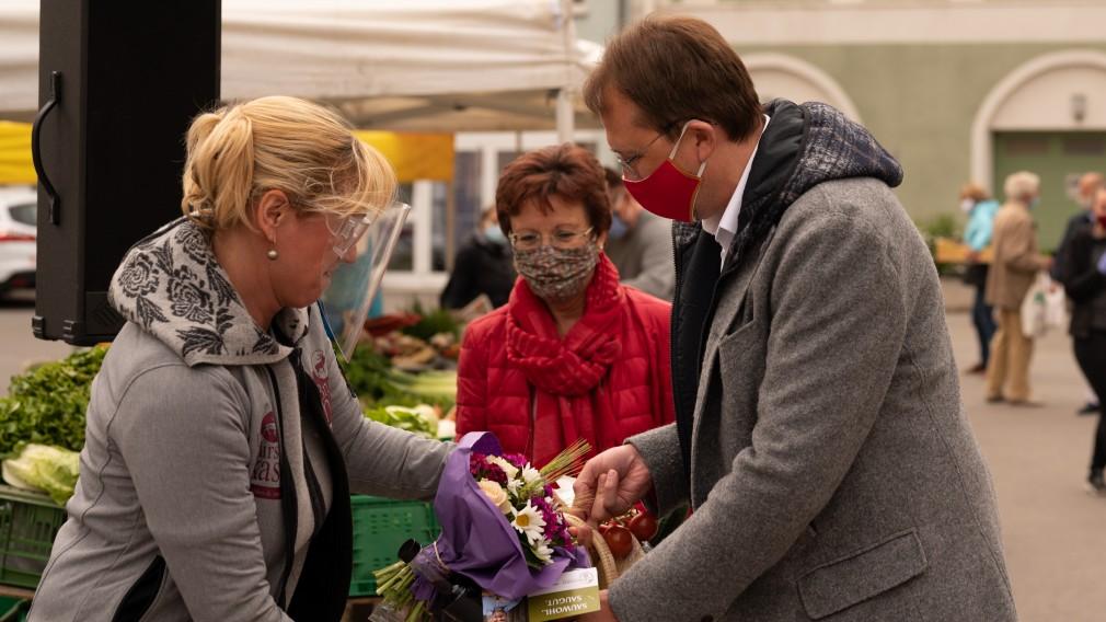Marktbeschickerin Sonja Schrittwieser überreicht Bürgermeister Matthias Stadler in Beisein von Marktamtsleiterin Gabriele Bertl einen Warenkorb. (Foto: Arman Behpournia)