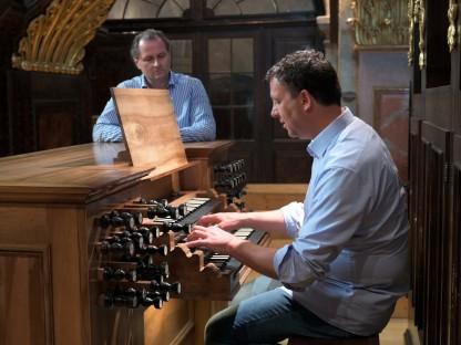 Ludwig Lusser spielt an der Orgel im Dom St. Pölten.