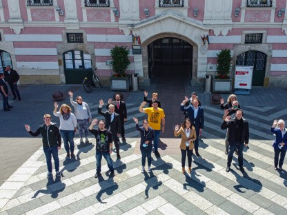 Mitarbeiterinnen und Mitarbeiter des Magistrats vor dem St. Pöltner Rathaus. (Foto: Arman Behpournia)