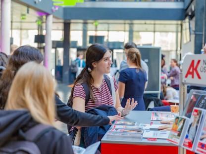 Frauen beim einem Informationsstand in der Fachhochschule St. Pölten. (Foto: Carola Berger)