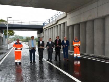 Die Vertreter von Stadt, Land NÖ und ÖBB eröffneten die neue Unterführung feierlich und gaben diese für den Verkehr frei. (Foto: Corina Muzatko)