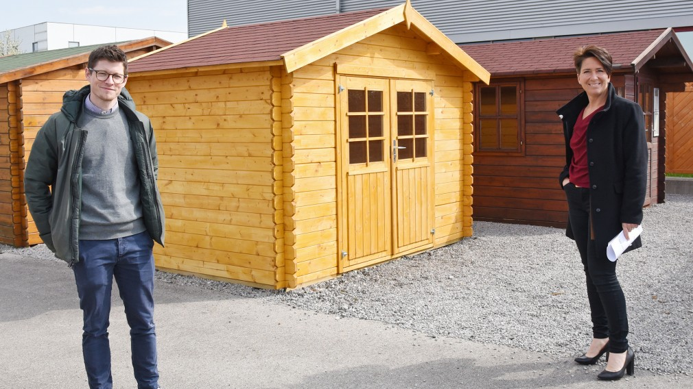 Felix Jöchl vom Baumarkt Nadlinger und Nina Krieger von der Baubehörde zeigen ein Beispiel für ein bewilligungspflichtiges Gartenhaus, bei dem die Dachfläche größer als zehn Quadratmeter (Foto: Josef Vorlaufer).