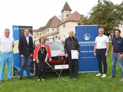 6 Personen vor einem Auto am Golfplatz in Goldegg. (Foto: Vorlaufer)