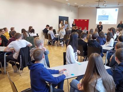 Schülerinnen und Schüler in einem Seminarraum der Fachhochschule St. Pölten. (Foto: FH St. Pölten/Christoph Musik)