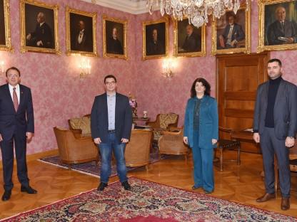 Die drei Vorstandsmitglieder Muamer Dzankovic, Mirsada Zupani, Midhad Kadic und Herrn Bürgermeister Matthias Stadler stehend im Bürgermeisterbüro. Foto: Josef Vorlaufer