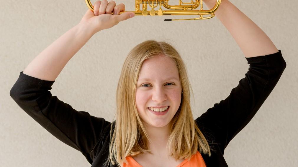 Junge Musikerin mit Blasinstrument. (Foto: Henry Kellner)