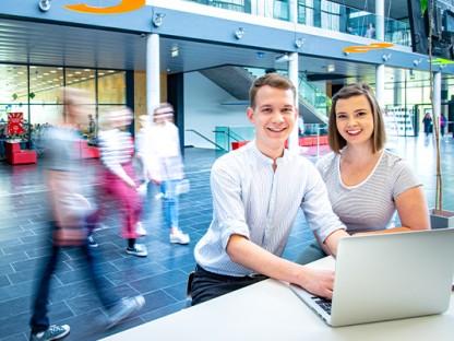 Eine Studentin und ein Student in der Fachhochschule St. Pölten. (Foto: FH St. Pölten)