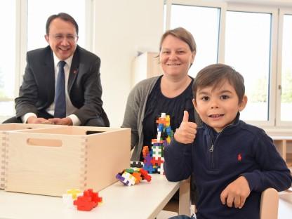 Bürgermeister Matthias Stadler mit einer Kindergartenbetreuerin und einem Jungen im neuen Kindergarten am Eisberg. (Foto:Josef Vorlaufer)