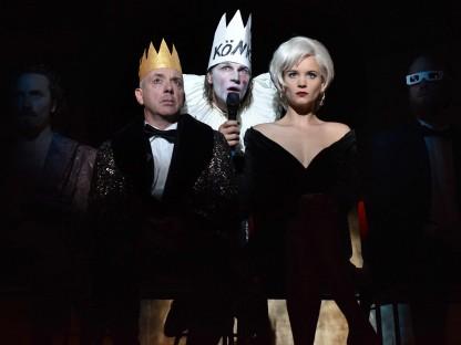 Gruppenbild mit den Schauspielern: Hamlet, Philipp Leonard Kelz, Michael Scherff, Tim Breyvogel, Marthe Lola Deutschmann und Tilman Rose. (Foto: Aexi Pelekanos).