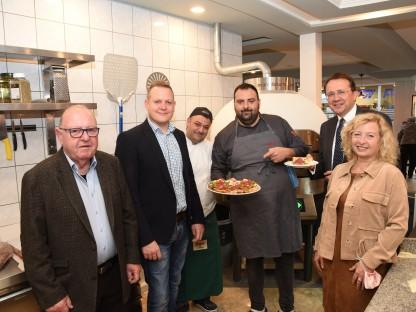 """6 Personen mit Pizza im neuen Lokal """"Fuoco"""". (Foto: Vorlaufer)"""