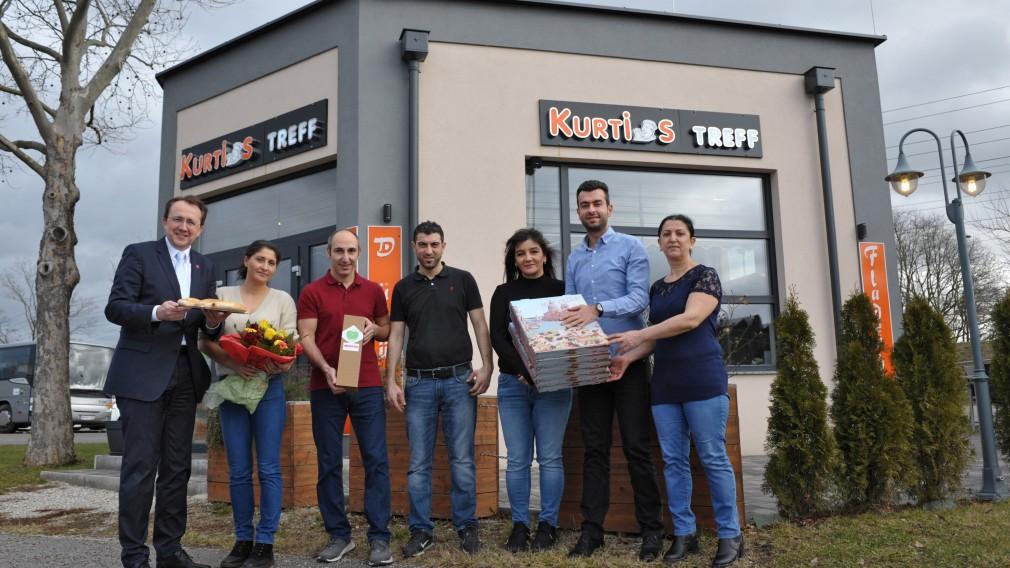 Foto von links nach rechts: Bürgermeister Matthias Stadler, Tülay und Erman Sinci, Düzgün und Pinar Penkin, Gemeinderat Ali Firat und Latife Karadag. (Foto:Wolfgang Mayer)