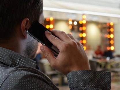 Mann mit Mobiltelefon (Foto: Pixabay)