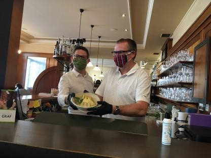 Leo und Andreas Graf versorgen die St. Pöltner mit frisch gekochten und saisonalen Speisen. (Foto: Beate Steiner)