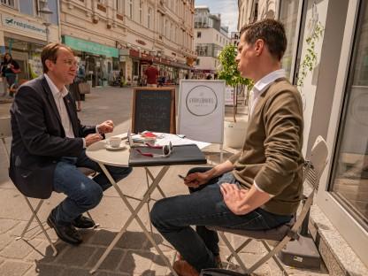 Bürgermeister sitzend in der Kremser Gasse beim Gespräch mit dem Leiter des Medienservice. (Foto: Arman Behpournia)