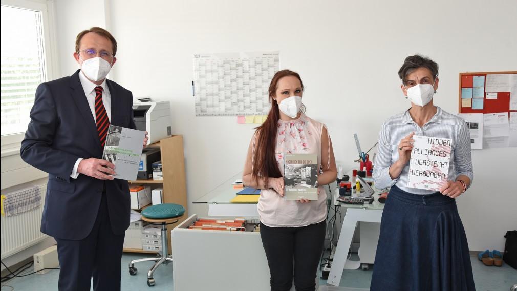 Anita Hofmann und Elisabeth Schimana (Künstlerische Leiterin) von IMA Institut Medienarchäologie gemeinsam mit Bürgermeister Matthias Stadler im BIZ St. Pölten. (Foto: Josef Vorlaufer)