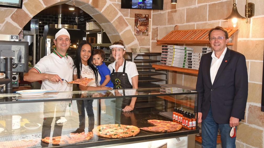 """Thomas De Icco und sein Team eröffnen ein """"Pizza to go""""-Lokal in der Kremser Gasse 6. (Foto: Josef Vorlaufer)"""