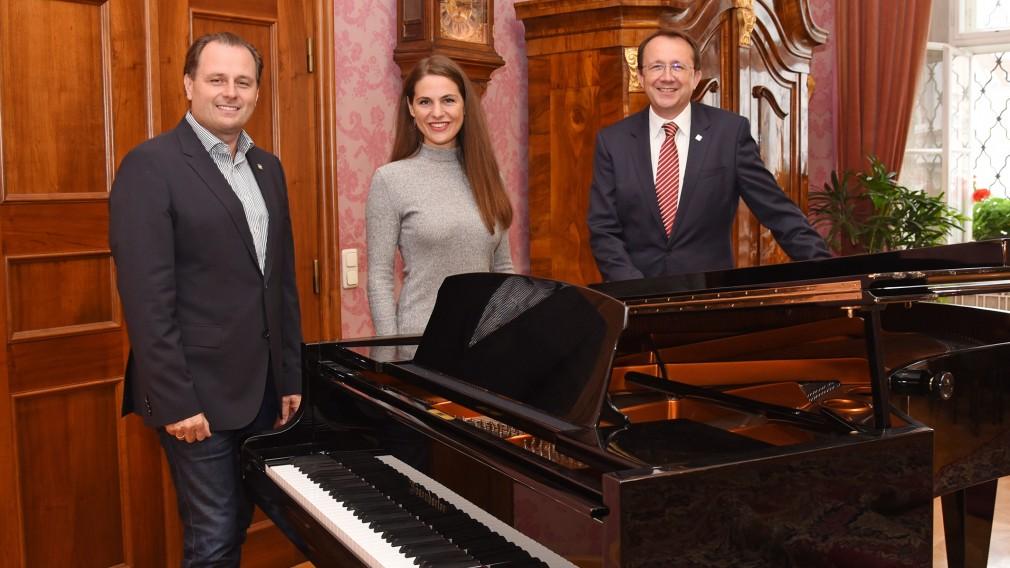 Drei Personen bei einem Klavier. (Foto: Vorlaufer)