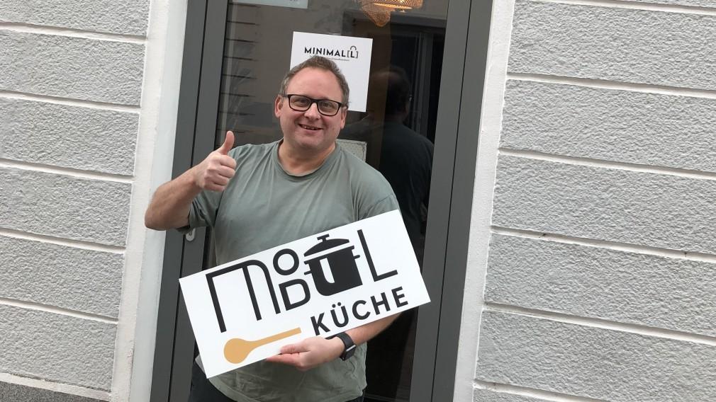Gernot Kulhanek vor der MiniMal(l), der Abholstation für seine Modulküche. (Foto: Kulhanek)