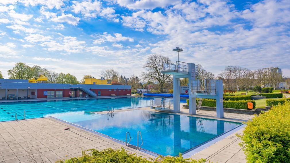 Bild vom Sportbecken des Sommerbades. (Foto: Arman Kalteis)