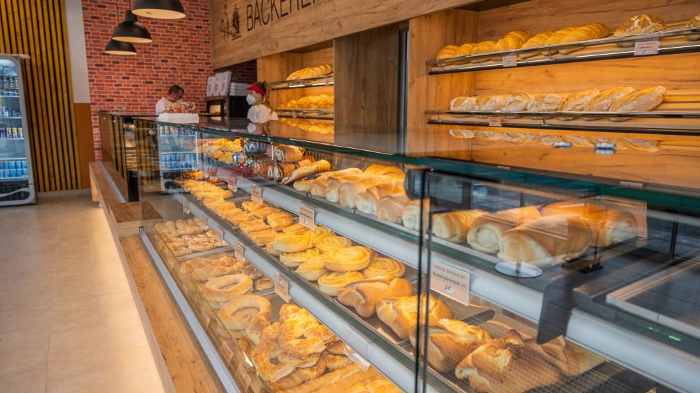 Vitrine mit Gebäckspezialitäten der Bäckerei Adria im Traisencenter. (Foto: Arman Kalteis)
