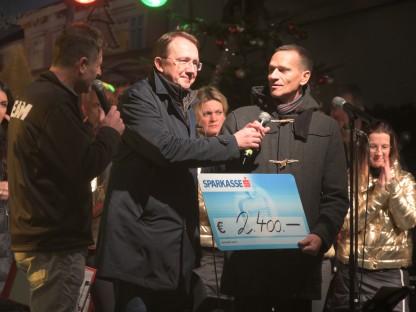 Dietmar Zeiss, Bürgermeister Matthias Stadler und Peter Eigelsreiter mit einem Scheck in der Höhe von 2.400 Euro. (Foto: Arman Behpournia)
