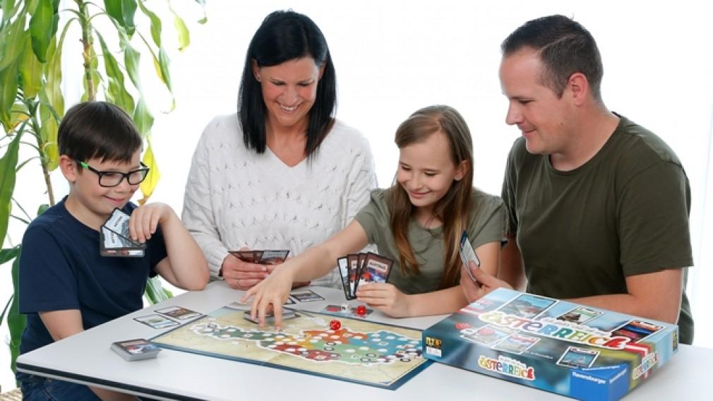 """Eine Familie beim Spielen des neuen Spiels """"Ich fahr' voll ab auf Österreich"""" von Ravensburger. (Foto: Ravensburger)"""