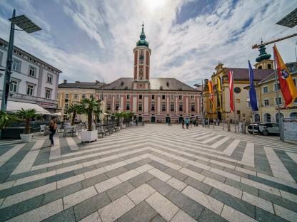 Ansicht des St. Pöltner Rathausplatzes mit dem St. Pöltner Rathaus in der Mitte. (Foto: Josef Bollwein)