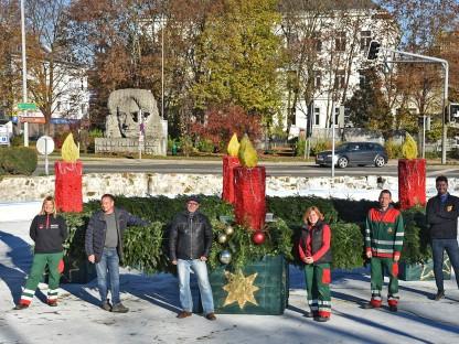 Das Team des Wirtschaftshofes, der städtischen Straßenbeleuchtung und der Stadtgärtnerei vor dem überdimensionalen Adventskranz mitten am Europaplatz. (Foto: Josef Vorlaufer)