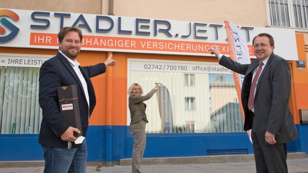 Drei Personen vor dem Versicherungsbüro in der Josefstraße. (Foto: Vorlaufer)