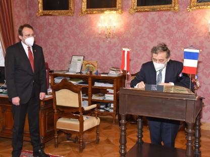 Bürgermeister Matthias Stadler steht neben dem französischen Botschafter Gilles Pécout, der sich in das Goldene Buch der Stadt einträgt. (Foto: Josef Vorlaufer)