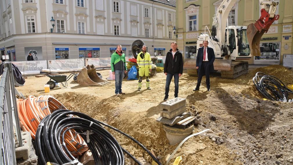 Vier Personen begutachten die Baustelle am Riemerplatz. (Foto: Vorlaufer)