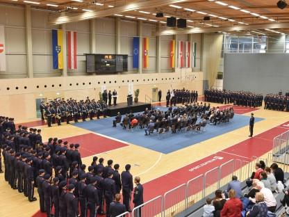 DIe 209 AbsolventInnen der Sicherheitsakademie bei der Angelobung im Sportzentrum St. Pölten. (Foto: Josef Vorlaufer)