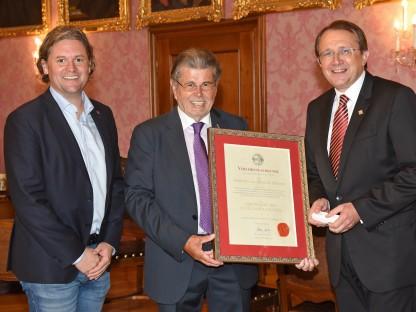 Drei Personen mit Urkunde im Bürgermeisterzimmer. (Foto: Vorlaufer)