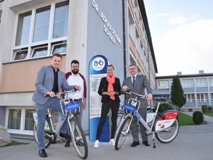 Mehrere Personen stehen bei der neuen Nextbike-Stationen bei der Volksschule Wagram.